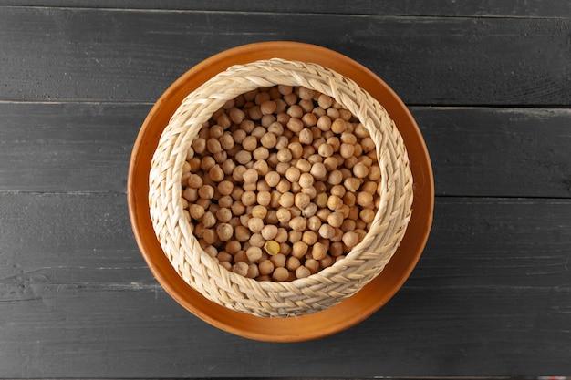 Sojabonen op houten lijst