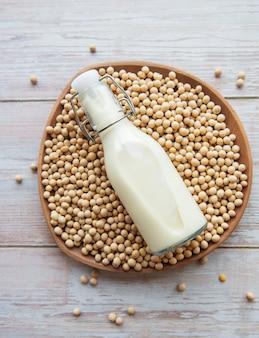 Sojamelk en soja op tafel gezond plantaardig product