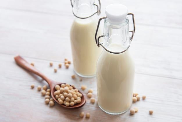 Sojamelk en soja op tafel - gezond plantaardig product