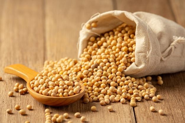 Sojasaus en sojabonen op houten vloer sojasaus voedsel voedingsconcept.