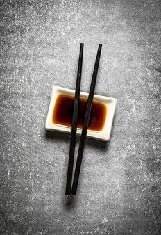 Sojasaus met stokjes voor sushi