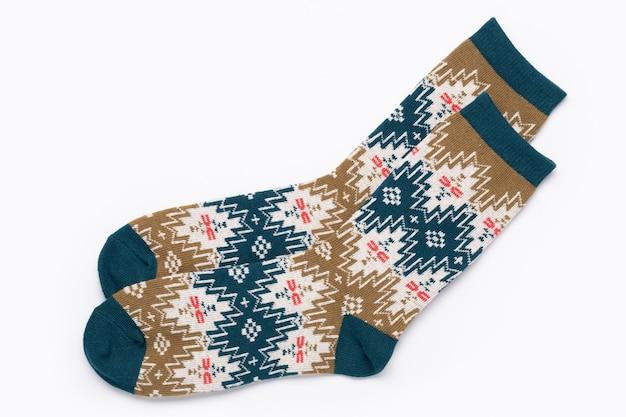 Sokken achtergrond. een paar veelkleurige gebreide sokken met een ornament. geïsoleerd op wit.