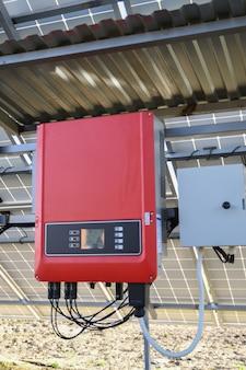 Solar batterij managementsysteem. controller van stroom, lading van de zonnepanelen. zonne-tracker.