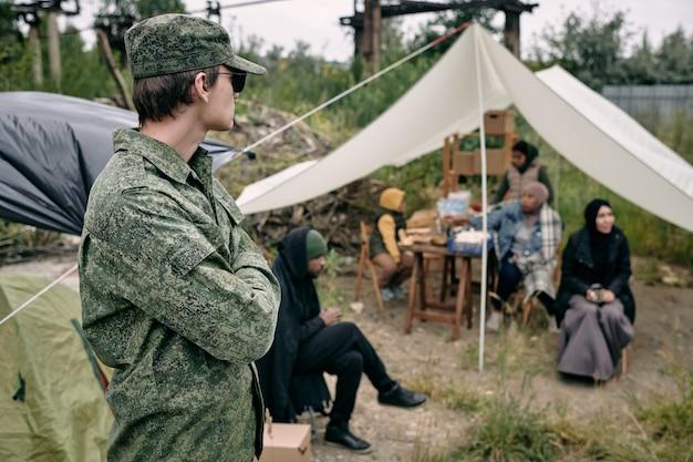 Soldaat beschermt vluchtelingen in kamp