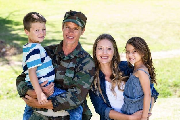 Soldaat herenigd met zijn familie in het park