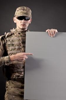 Soldaat houdt een poster vast