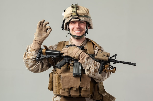 Soldaat in camouflage geweer te houden