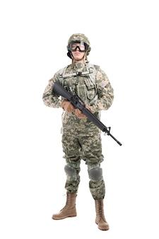 Soldaat in camouflage met geweer op witte achtergrond