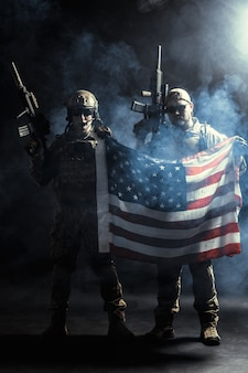 Soldaat machinegeweer met nationale vlag te houden