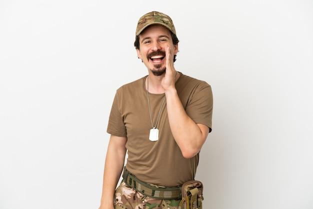 Soldaat man geïsoleerd op een witte achtergrond schreeuwen met mond wijd open