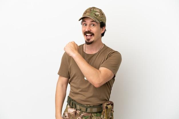 Soldaat man geïsoleerd op een witte achtergrond vieren een overwinning
