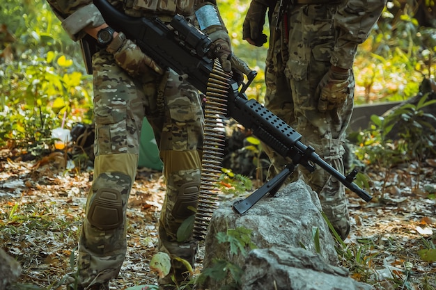 Soldaat met machinegeweer patrouilleren
