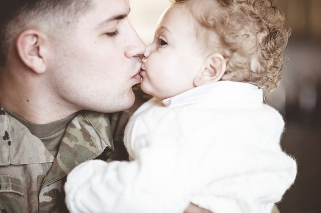 Soldaat vader kust zijn zoon op de lippen