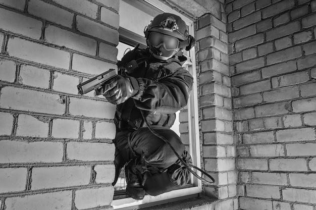Soldaat van de speciale troepen bestormt het gebouw. swat