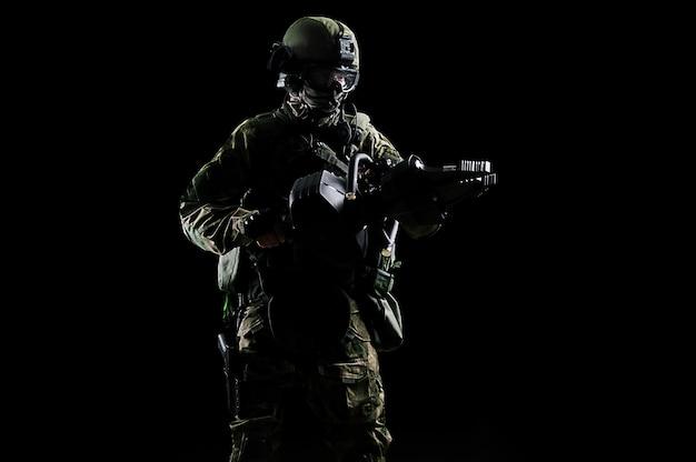 Soldaat van een speciale groep houdt een krik vast om de deuren te openen. mesh-media