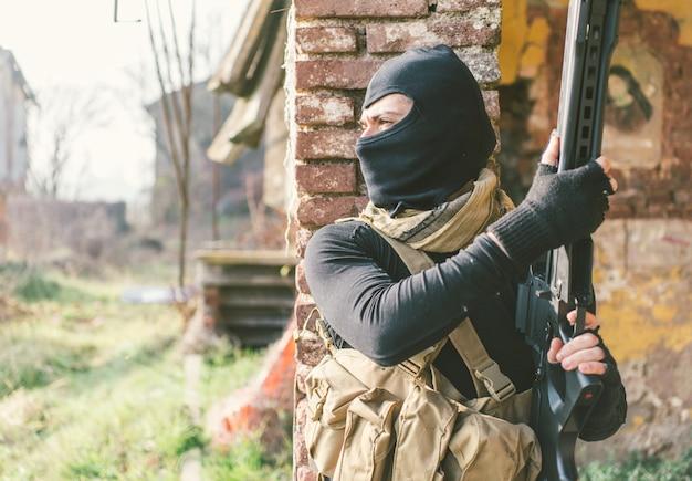 Soldaat vechten op het vijandige land. concept over oorlogvoering en terrorisme