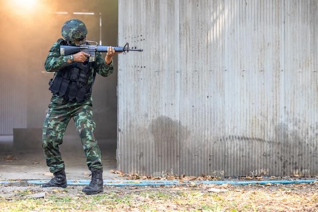 Soldaten in speciale troepen, legermilitair in beschermend gevechtsuniform met speciale operatiekrachten, aanvalsgeweer, legermilitair in beschermend gevechtsuniform.