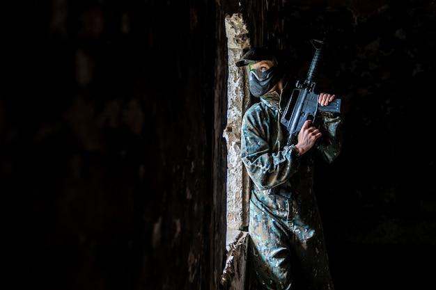 Soldaten trainen tijdens het paintballen in het fort