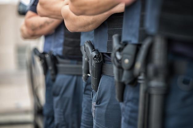 Soldatenbeveiliging in de gelederen munitieuitrusting en wapens met een ondiepe scherptediepte