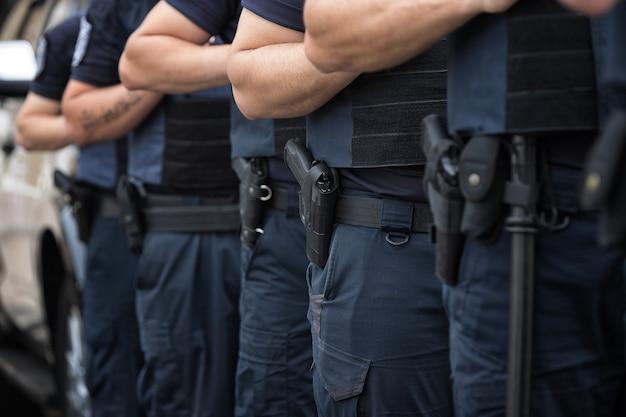 Soldatenbeveiliging in de gelederen munitieuitrusting en wapens met een ondiepe scherptediepte Premium Foto