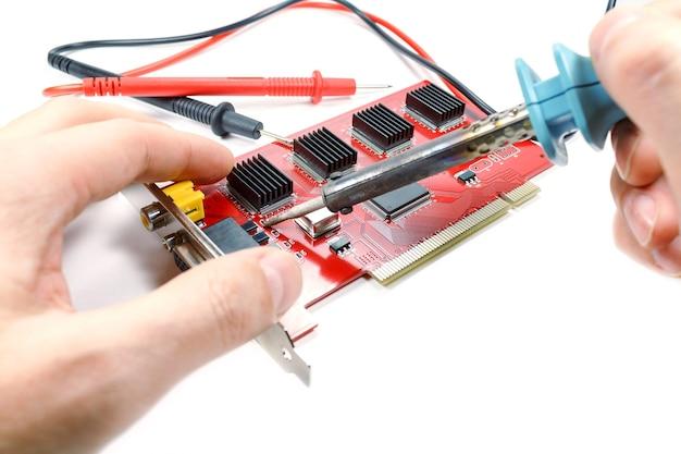 Solderen op dvr-moederbord door soldeerbout op wit