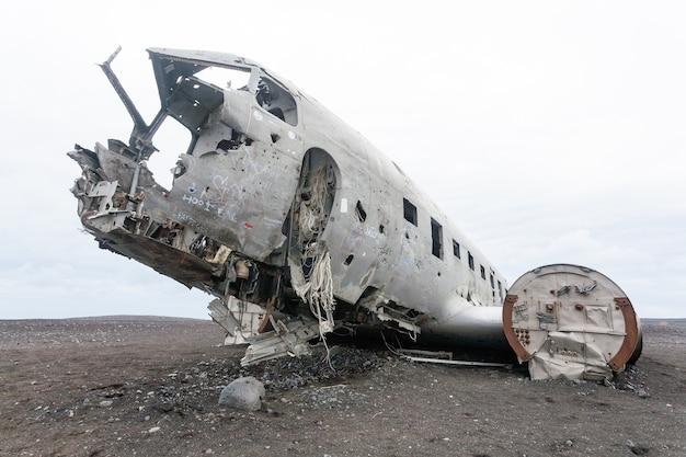 Solheimasandur vliegtuigwrak uitzicht. zuid-ijsland oriëntatiepunt. verlaten vliegtuig op strand