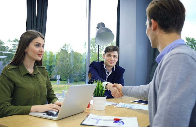 Sollicitant met interview. handdruk tijdens sollicitatiegesprek.