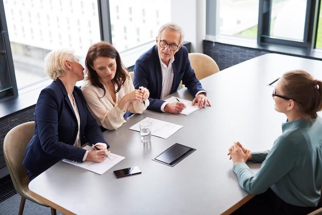 Sollicitatiegesprek in modern kantoor