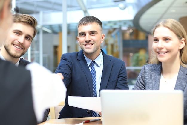 Sollicitatiegesprek met de werkgever, zakenman luistert naar antwoorden van kandidaten.