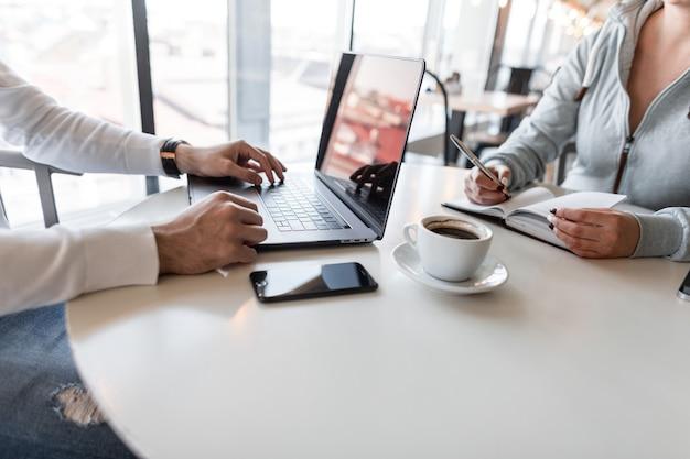 Sollicitatiegesprek - succesvolle zakenman met laptop luistert naar de antwoorden van de kandidaat