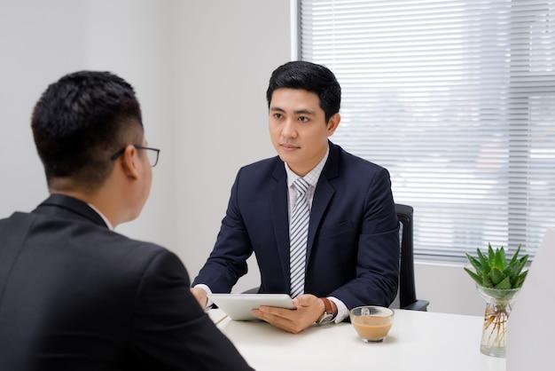 Sollicitatiegesprek van twee zakelijke professionals. groet nieuwe collega