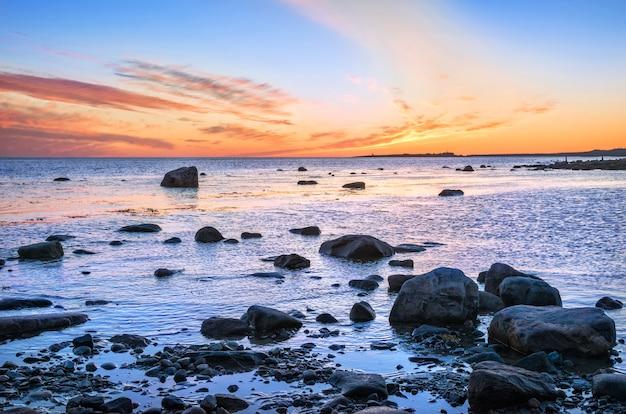Solovetsky-eilanden met stenen aan de kust
