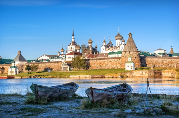 Solovetsky-klooster en oude houten boten aan de kust