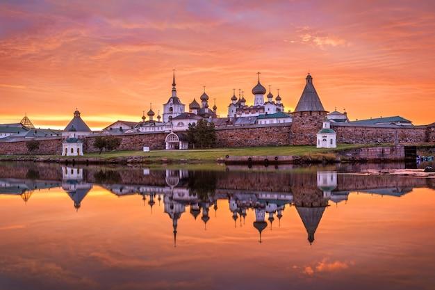 Solovetsky-klooster met een spiegelbeeld in het water van de baai
