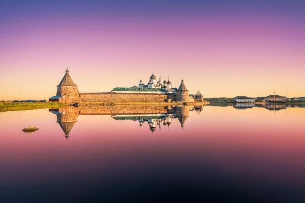 Solovetsky-klooster met een spiegelbeeld in het water van het heilige meer