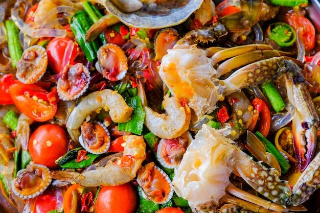 Som tam seafood (spicy papaya salad) met gezouten krab, op houten tafel (thais eten)