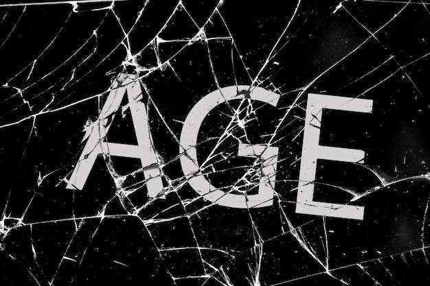 Somber gebroken glas met scheuren met de inscriptie leeftijd