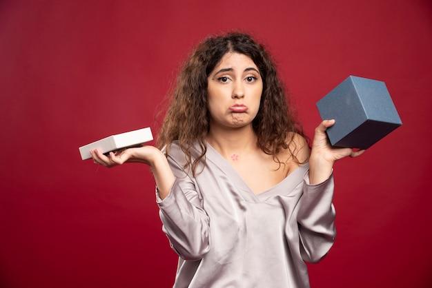 Sombere jonge vrouw met lege doos.