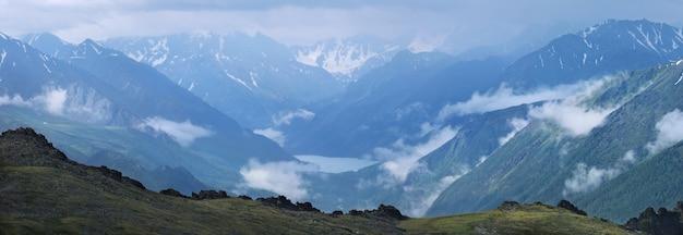 Sombere ochtend in een bergdal, meer in een diepe kloof. panorama, altai.