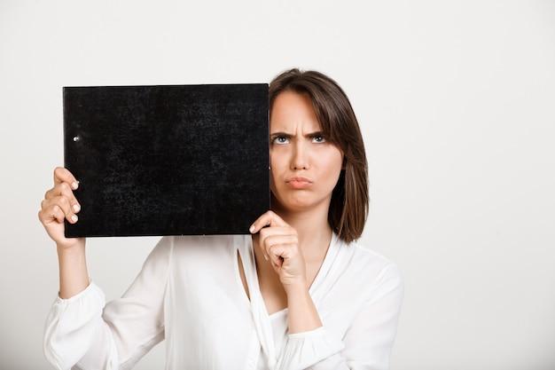 Sombere peinzende kantoor dame weergegeven: banner op zwart klembord