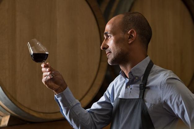 Sommelier die wijn controleert