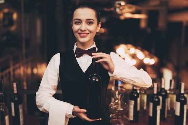 Sommelier die wijn in restaurant proeft.