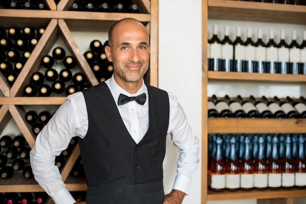 Sommelier in wijnwinkel