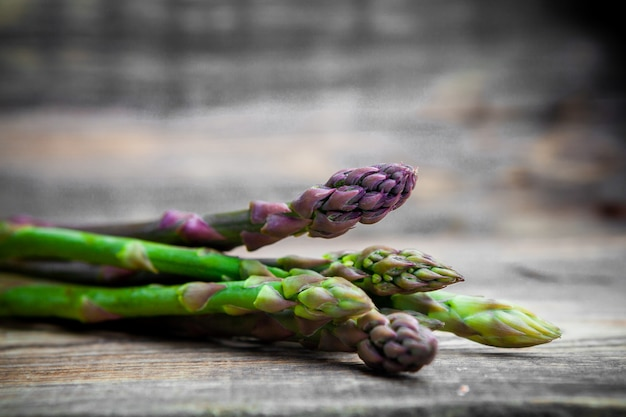 Sommige asperges op houten achtergrond, close-up.