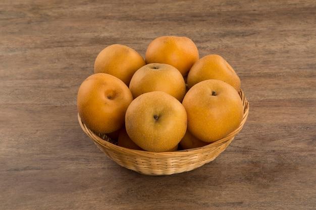 Sommige aziatische peren op een houten oppervlak. vers fruit