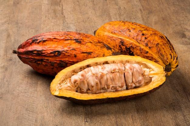 Sommige cacaos op een houten oppervlak. vers fruit.
