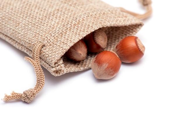 Sommige hazelnoten in een doek