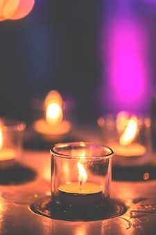 Sommige kaarsen op een rij in de spa-zone om te ontspannen. het is laat in de nacht.