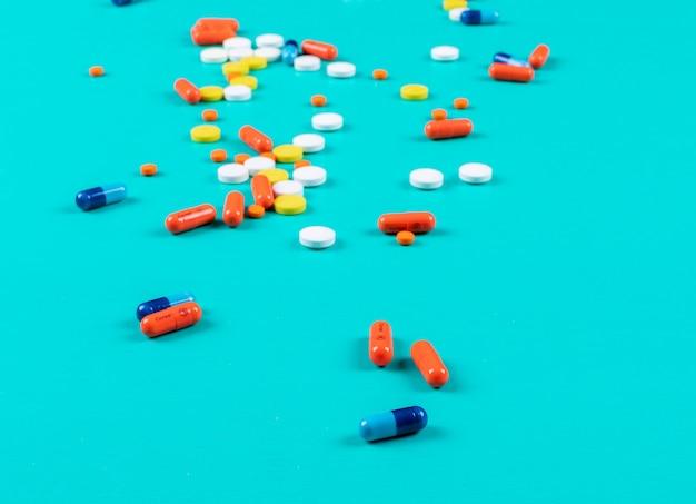 Sommige pillen op cyaan oppervlak