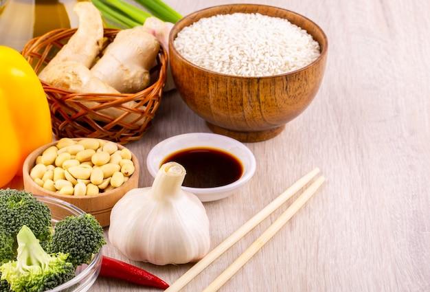 Sommige soorten gerechten. anhui, kantonees, fujian, hunan, jiangsu, shandong, sichuan en zhejiang